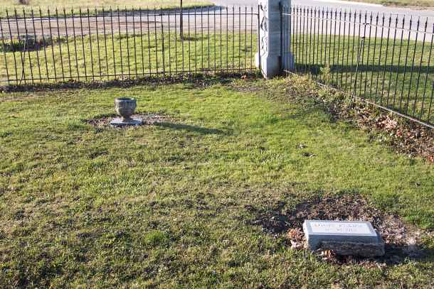 Photos of Mass Shooters Headstones/Graves 7845578_1063034100