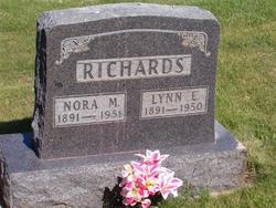 Lynn E Richards